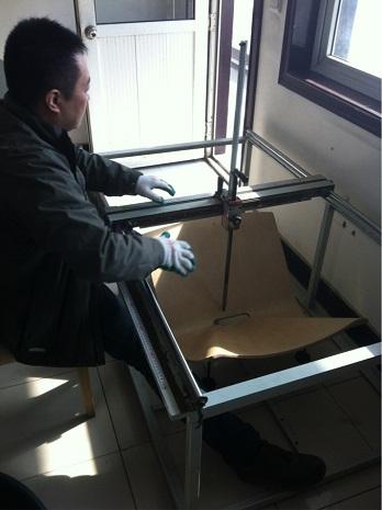 Pracownik podczas pracy ze skanerem 3D
