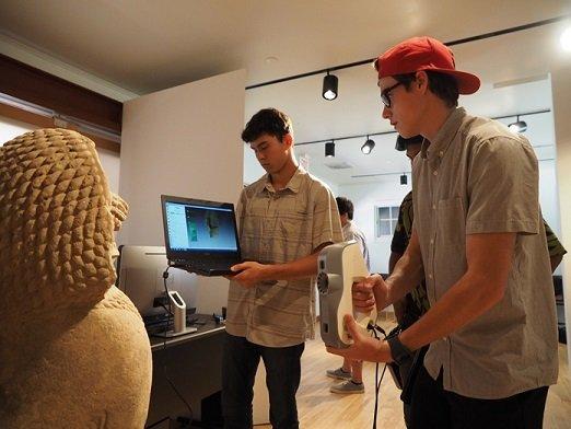 Młodzi mężczyźni podczas nauki wykonywania skanu 3D