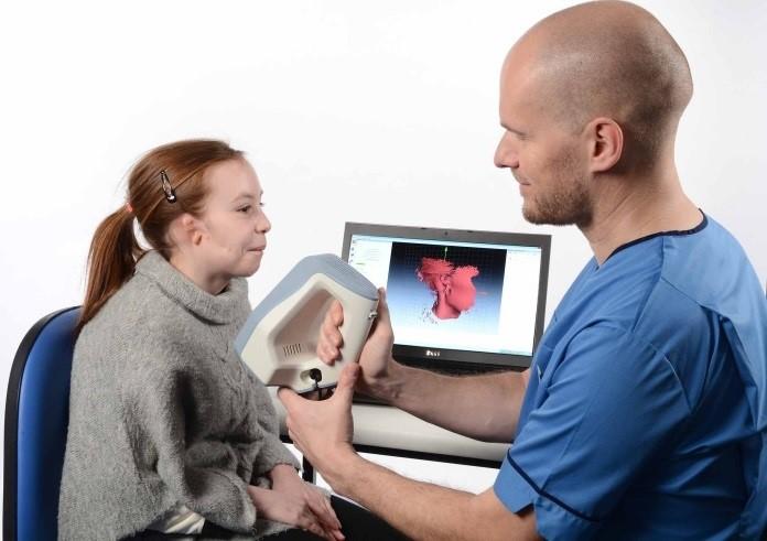 Skanowanie uszu przy pomocy skanera 3D przez lekarza